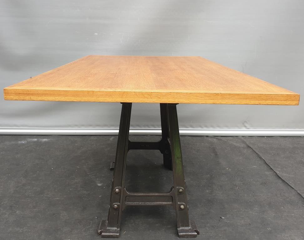 Table industrielle piétement fonte jusqu'à 6 convives- 420 euros