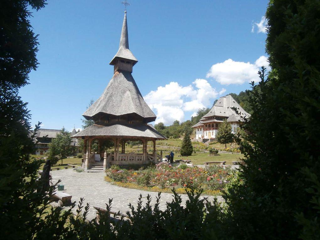 la vallée d'Iza, de Mara, de la Viseu et de la Vaser, vous l aurez compris les Maramures sont particulièrement ruraux et le bois dans l'architecture y est très important, çà sent très bon la vache, le foin. Les églises et monastères y sont nombreux dans des endroits à couper le souffle par leur beauté.