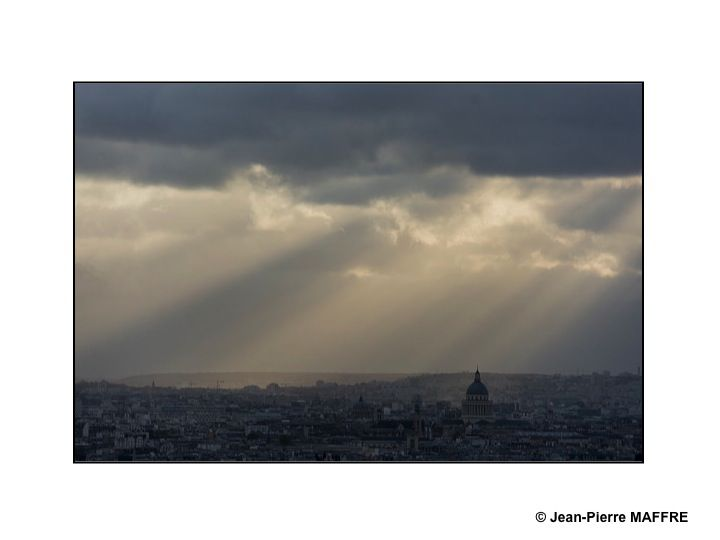 """Quelle beauté ! Impossible d'oublier la célèbre chanson de Francis Lemarque """"Sous le ciel de Paris"""""""