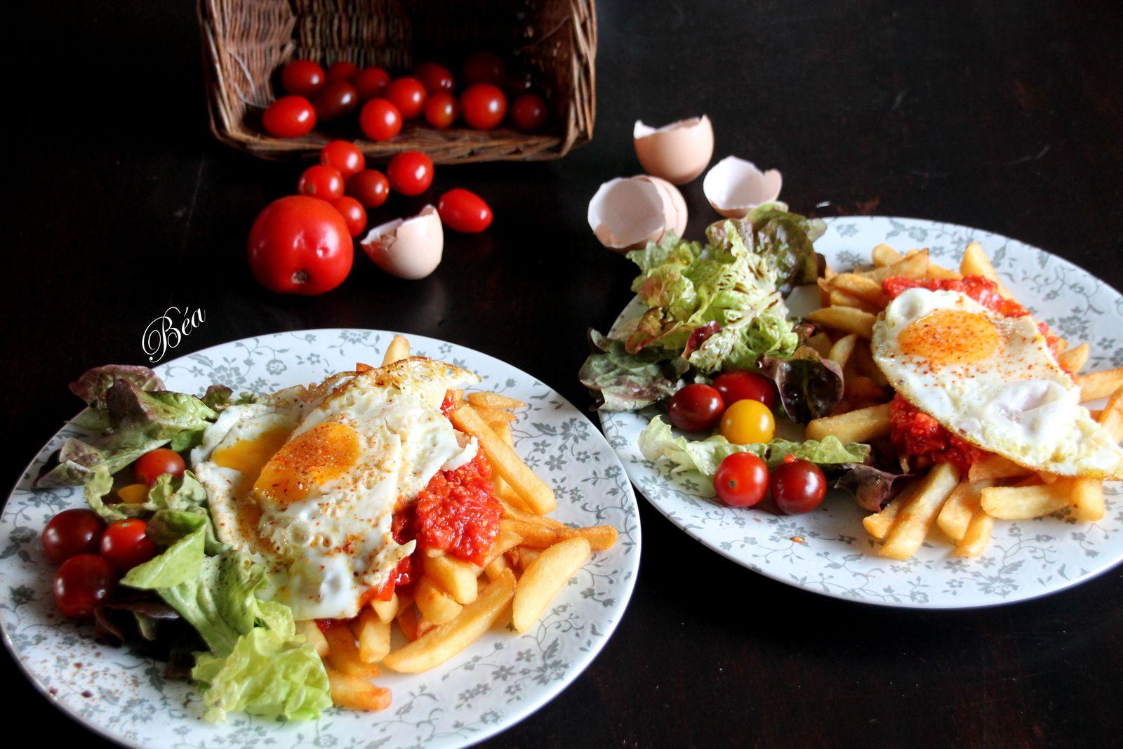Pommes de terre et tomates frites pour un oeuf au plat