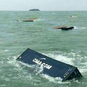 Cargo ship hit by huge waves off Trang, 17 containers washed overboard