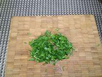 1 - Mettre 4 oeufs à cuire pendant 9 mn pour qu'ils deviennent durs. Peler et émincer les échalotes, les ajouter à la farce de viandes hachées dans un récipient. Ciseler le persil plat (après avoir ôté les tiges) et incorporer à la préparation, puis verser le cognac. Bien mélanger le tout. Battre un oeuf en omelette à la fourchette et l'incorporer à la farce, râper une peu de noix de muscade, saler, poivrer, bien mélanger à nouveau et protéger avec un film étirable. Laisser reposer au réfrigérateur pendant 30 mn
