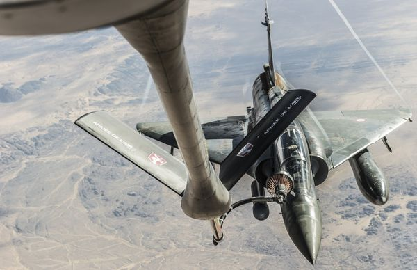 Photo : © EMA - Ravitaillement en vol d'un Mirage 2000D au-dessus du Sahel.