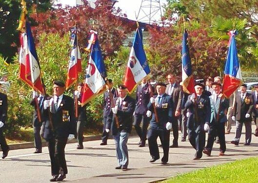 MOURENX - Défilé de Mourenx. Porte drapeau et personnalités... M. MOINE Michel .nouveau décoré de notre Section;.