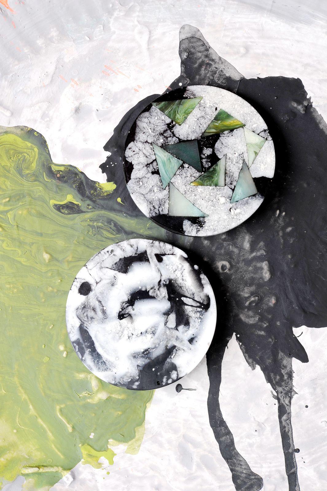 Schwarz-weiß marmorierte Kunstharzbroschen von Edna Mo