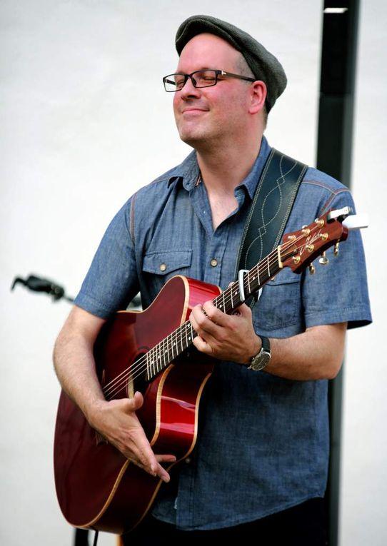 Michael Diehl – ein meisterlicher Fingerstyle-Gitarrist faszinierte beim fünften Sommerkonzert  im Veitshöchheimer Synagogenhof