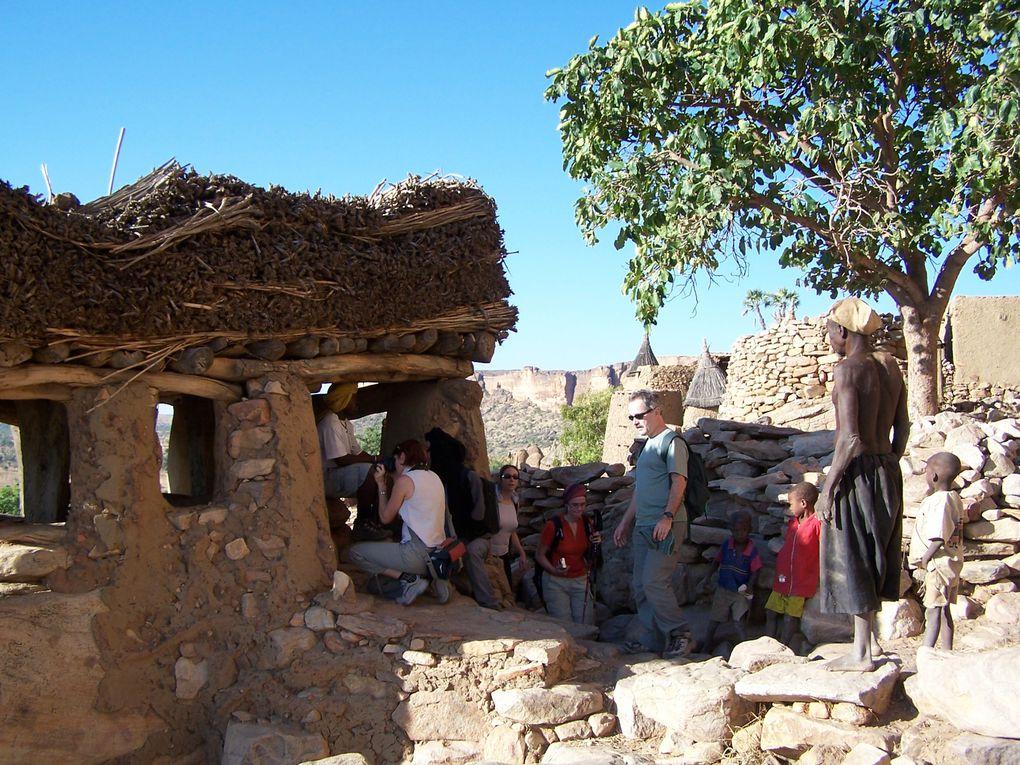 Troisième et dernier voyage dans ce pays Dogon que j'aime temps, ... le tourisme se développe, les gens du pied de la falaise sont intéressés ... il est temps de se souvenir.