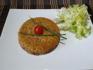 Suivre les indications jusqu'à l'étape 3. Découper la tomate séchée en lieu et place du saumon, la rajouter à la préparation. Verser dans les ramequins et faire cuire de la même façon. Décorer d'une tomate cerise, de 2 brins de ciboulette et accompagner de salade frisée.