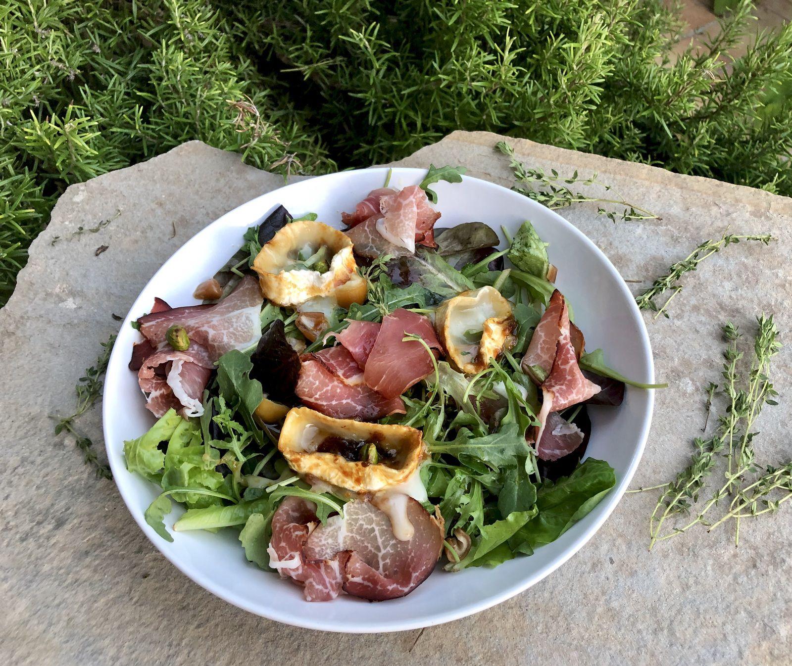 Salade, chèvre, datte et miel