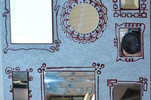 Riciclo creativo: N56_2020 Cornice di specchietti delle vecchie trousse su plexiglass e carta da parati incorniciate da dettagli con il paint and peel su