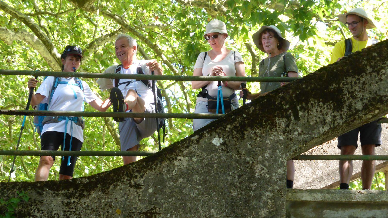 Quelques étirements pour soulager la jambe de Jean-Paul toujours sur le pont et le groupe attend sagement à côté.