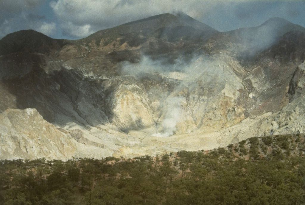 Sirung caldeira sommitale  - Photo by L.D. Reksowirogo, 1972 (Volcanological Survey of Indonesia) /  GVP