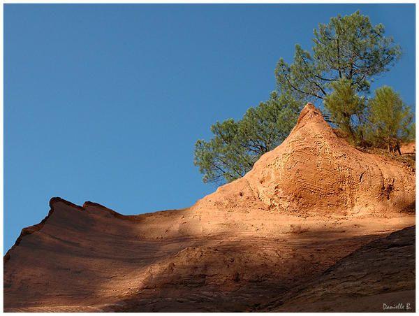 Les ocres de Roussillon (France 2007)  Roussillon, entre Luberon et Monts de Vaucluse, se situe au coeur du plus important gisement d'ocre du monde. Le bleu pur du ciel de Provence apporte une lumière exceptionnelle qui en fait un site magique.
