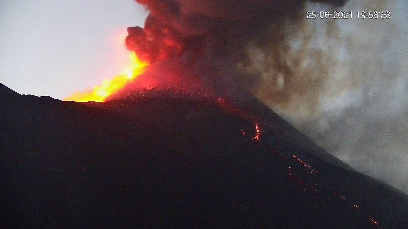 Etna SEC - ash plume and lava fountain of 25.06.2021 / times indicated - new webcam LAVE