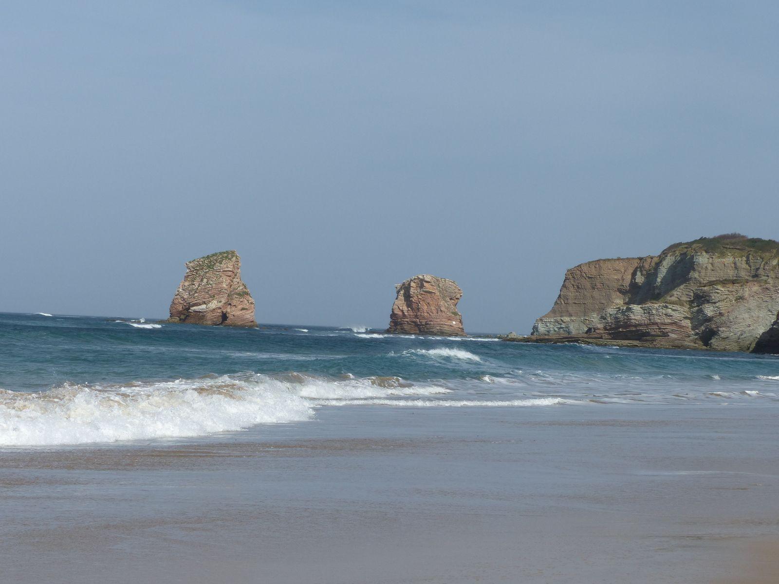 Les 2 Jumeaux et les falaises de loin de près, le Cap du Figuier et au delà le Jaïzkibel espagnol.