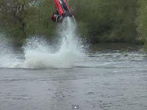 VIDEO - acrobaties et loopings en jet-ski