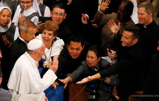 L'adoration du pape prouve que les gens sont prêts à recevoir l'Antéchrist !