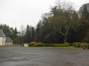 Devant l'église, une grande cour carrée et quelques maisons habitées...et un bon gardien. L'ancien panneau d'agglomération a peut-être été rapporté à l'entrée de la cour.