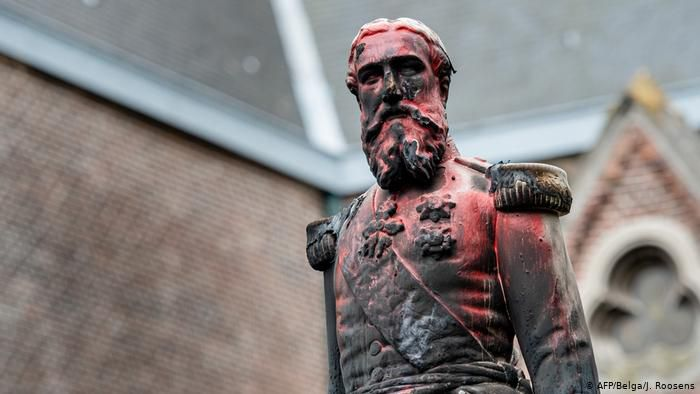 Statue de Léopold II peinte en rouge sang ... (Photo Deutsche Welle)
