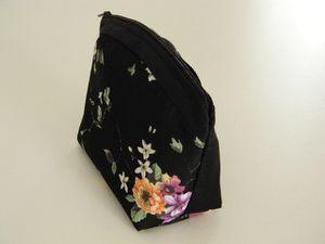 Trousse noire fleurie avec haut arrondi