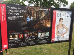 Hommage à la Princesse Diana dans les jardins de Kensington où cette année, les fleurs sont blanches