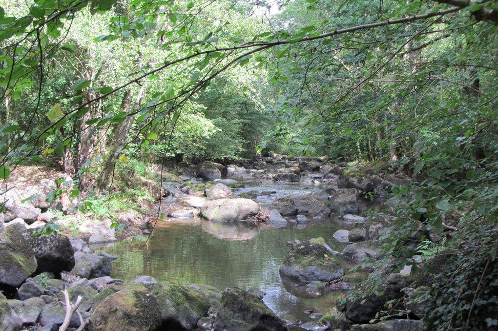 La Roche d'Oëtre ( Orne ) Entre collines et rivière ( la Rouvre ).