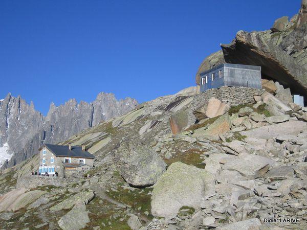 En bas, Le refuge du couvercle (2687m) : Derrière, se trouve l'ancien refuge, surplombé par l'énorme dalle qui le recouvre, d'où son nom !