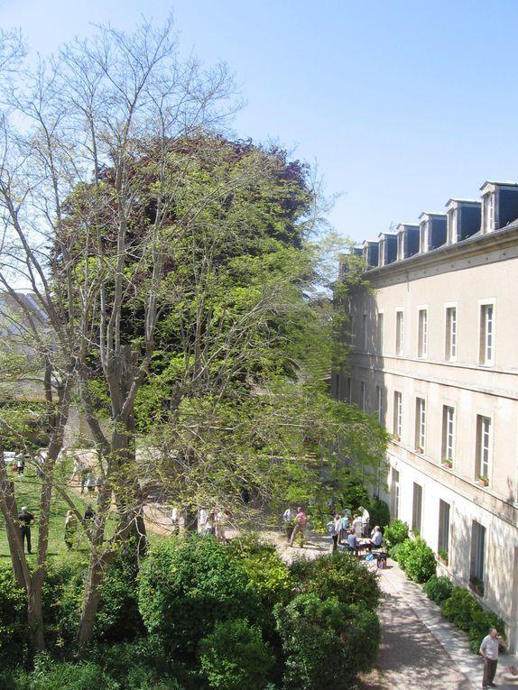 A la Délivrande, l'Espace Khaïré propose le calme et la sérénité d'un Parc protégé, de pelouse de détente, et de toute la beauté d'un couvent construit au XVIIIème au sein duquel est abritée la Chapelle aux verrières Lalique.