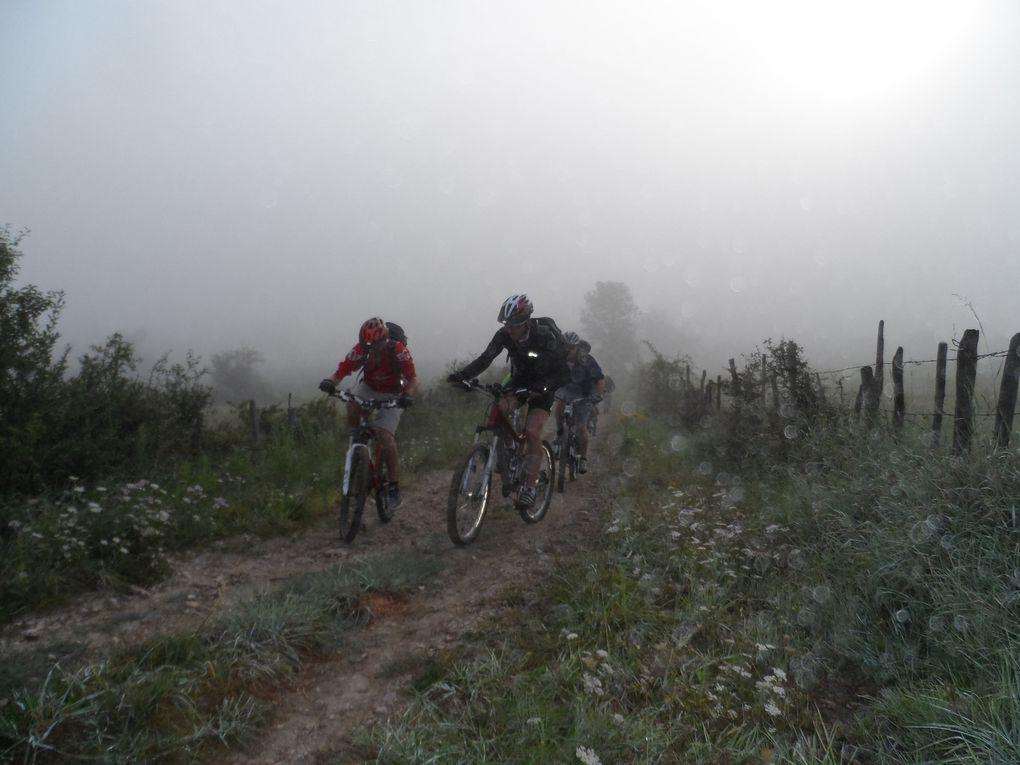 Nous sommes dans le brouillard dès les premiers tour de roues mais nous le laisserons vite derrière nous pour atteindre le soleil à la force des mollets.