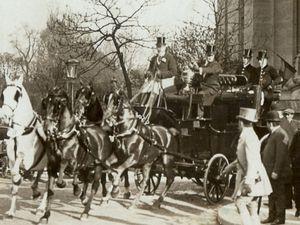 Les activités sportives du comte d'Yanville; Tandem, rallye Paris Deauville, à l'arrivée et au départ du concours hippique de Paris, au rallye des guides ou on voit son attelage complété dans une côte par un cheval de renfort monté par un piqueur.