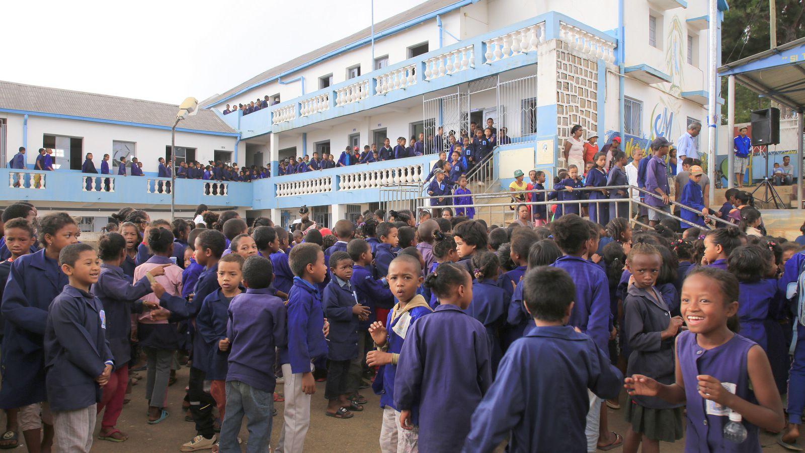 Beaucoup d'élèves dans la cour ...