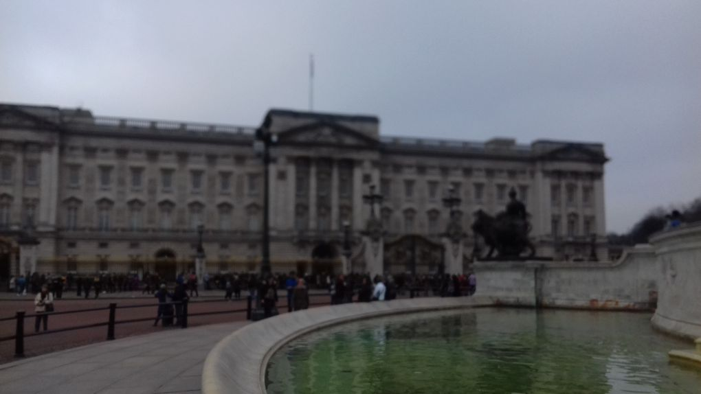 LONDON - SHOPPING WITH THE QUEEN