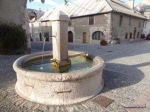 Deux des 4 fontaines en marbre rose
