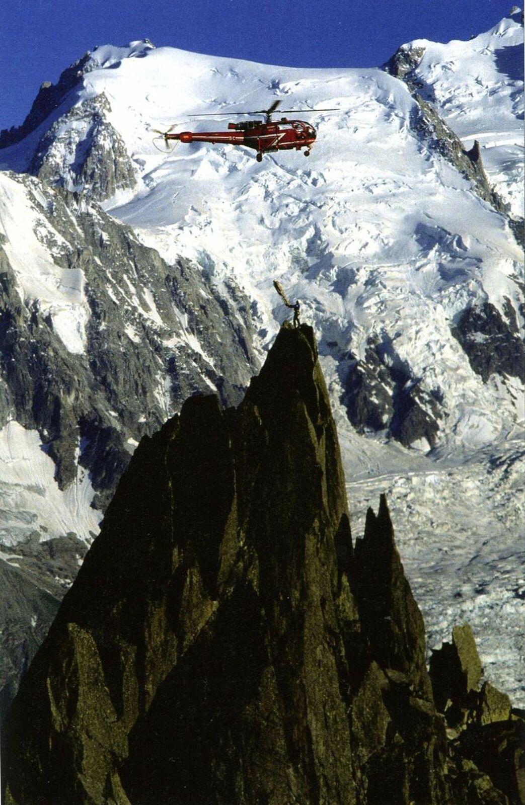Treuillage sur le clocher de Planpraz, au fond le mont Blanc du Tacul.