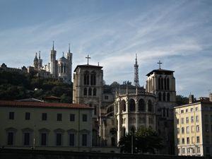 Passage aménagé sur la rive de la Saône, la cathédrale et la basilique, patienter pour une place.