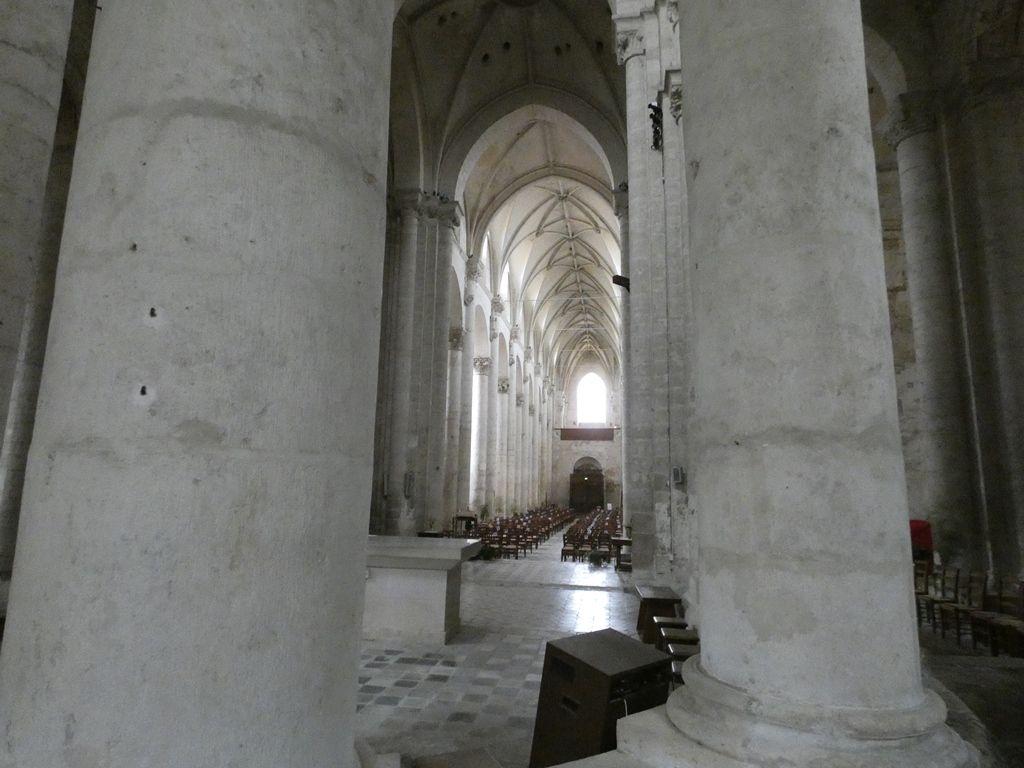 Airvault, son église abbatiale, ses halles, son château ....
