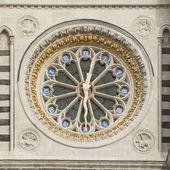 L'horloge et la façade occidentale de la basilique St-Denis restaurées