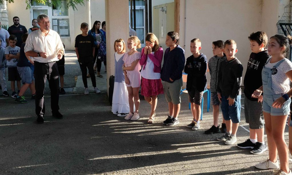 Photos AC: Julie Poigé et Vincent Potrel entourant le directeur de l'école - La rentrée