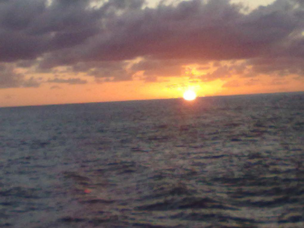 lévé du soleil pris au large de Tahiti par un temps exceptionel, par goelette qui fait la traverser en Tahiti et les îles Tuamotu.