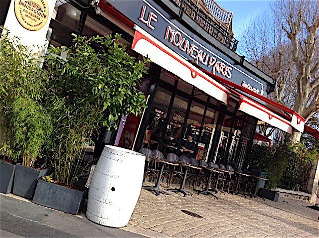 """Septembre 2015 Brasserie """"Le Nouveau Paris"""" Neuilly , radiateur """"rococo"""" avec une vanne en laiton manche noir"""