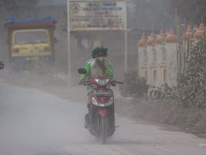 Sinabung - problems due to ash fallout on the Berastagi area; street cleaning and distributing of masks - 26/08/2016 Endrolewa pictures - a click to enlarge