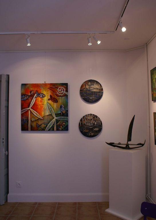 Avant et après l'accrochage, côté galerie, et côté boutique avec des artisans d'art