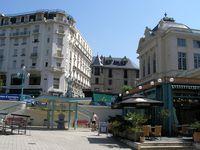 Châtel-Guyon niché au fond d'une belle vallée avec ses anciens hôtels.
