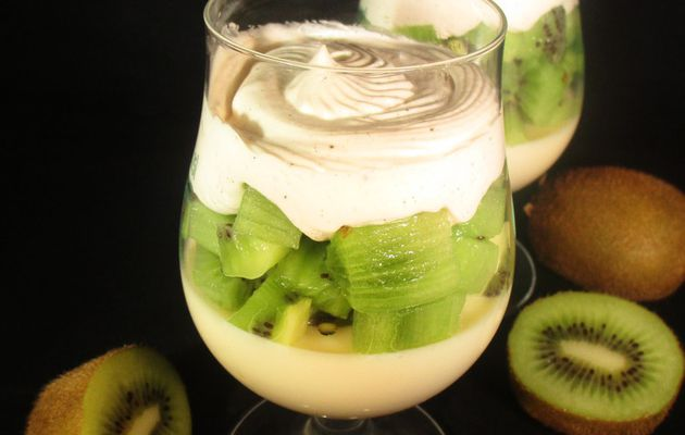 Verrine de kiwi, panna cotta chocolat blanc et chantilly