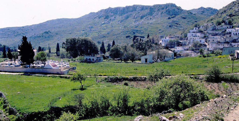 """Ce sont des lieux très simples, à l'est de la Crète, à l'intérieur des terres entre Sitia au nord et Ierapetra, au sud. Voilà la Crète rémanente, qui change peu, quel que soit le """" visiteur"""" - les Crétois n'ont, par exemple, pas  gardé un bon souvenir des blonds-aryens de passage entre 1941 et 1944... A découvrir à pied, en prenant les petits chemins de montagne. Pas de site exceptionnel, mais la beauté est à la croisée des chemins. Il s'agit juste de prendre son temps, chemin faisant, vaste programme."""