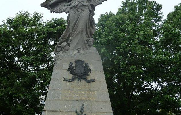 Les Sables d'Olonne : le monument aux morts de la place de la liberté