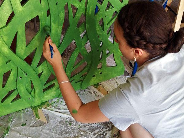 En juillet, l'atelier fabrication d'IMMERSIO dessine, coupe, ponce, peint, assemble, éclaire et prépare le congrès mondial de la nature