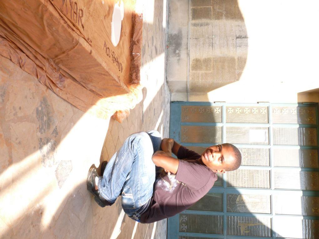 Place Caffo, Fred Martin, artiste fait une perfomance à laquelle nous participons... Une expérience unique!
