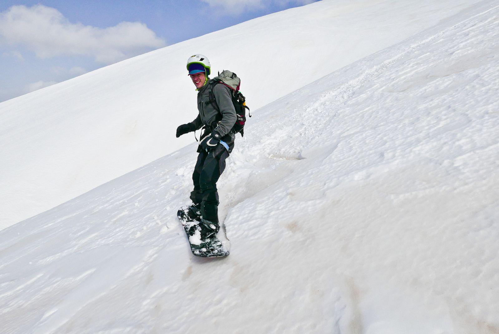 Pente ouest du beau ski souvent sur une neige gelée, attendre le décaillage.