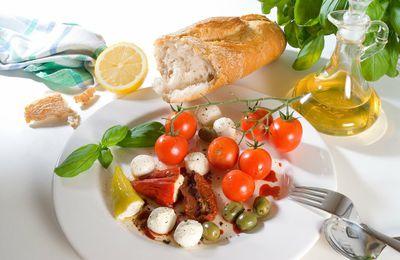 Bon appétit - Nourriture - Tomates cerises - Olives - Pain - Mozzarella - Huile - Photographie - Wallpaper - Free